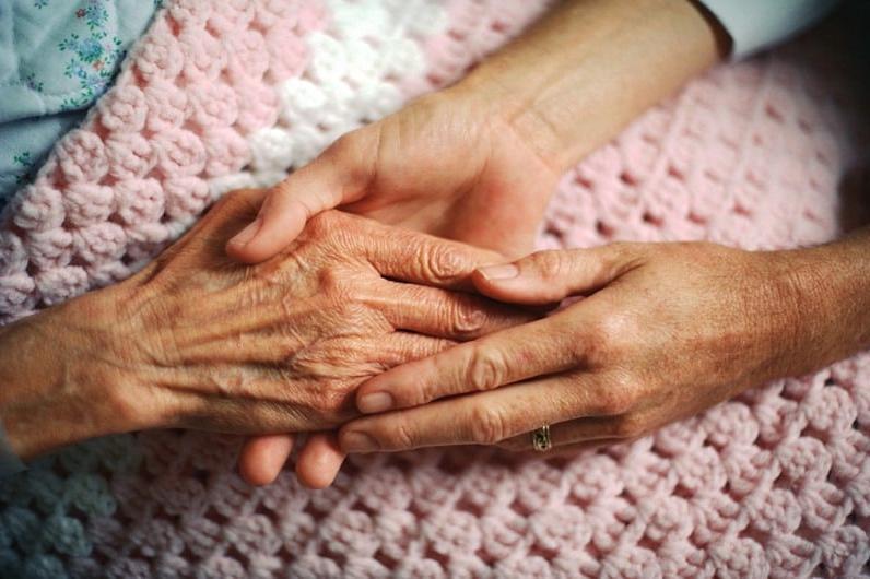 Доставят храна и лекарства на възрастни хора в Люлин