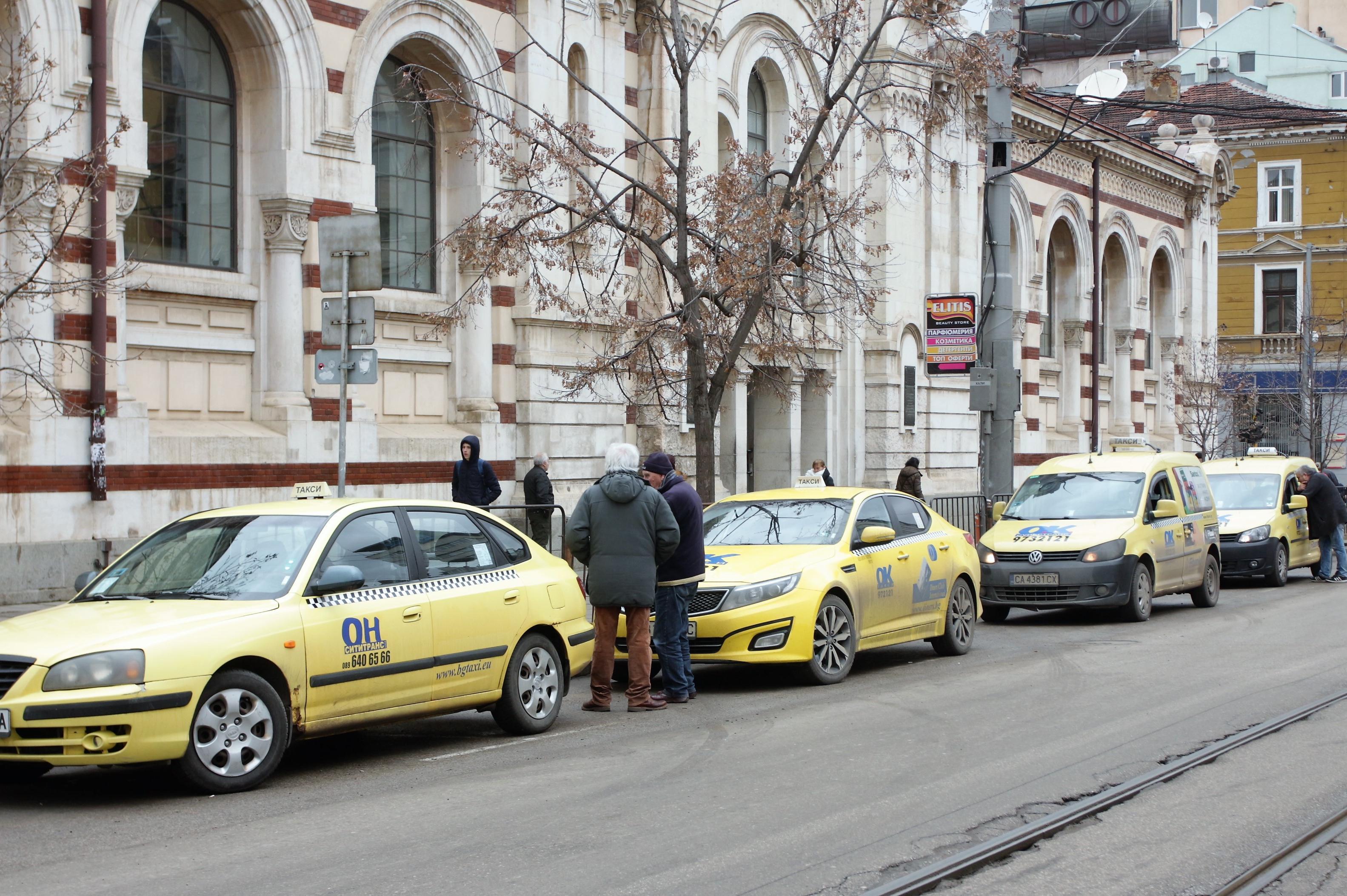 Общински съветник предлага: Алтернативният данък на такситата за догодина д