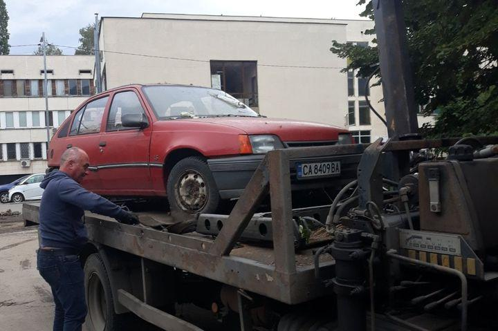 "Разчистват от изоставени автомобили около жк. ""Гоце Делчев"""
