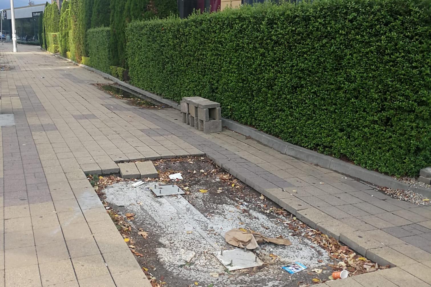 Разбит тротоар край мол тормози пешеходците в Лозенец и Триадица