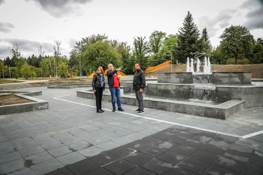 Тестват алейното осветление и фонтана в ремонтирания Северния парк