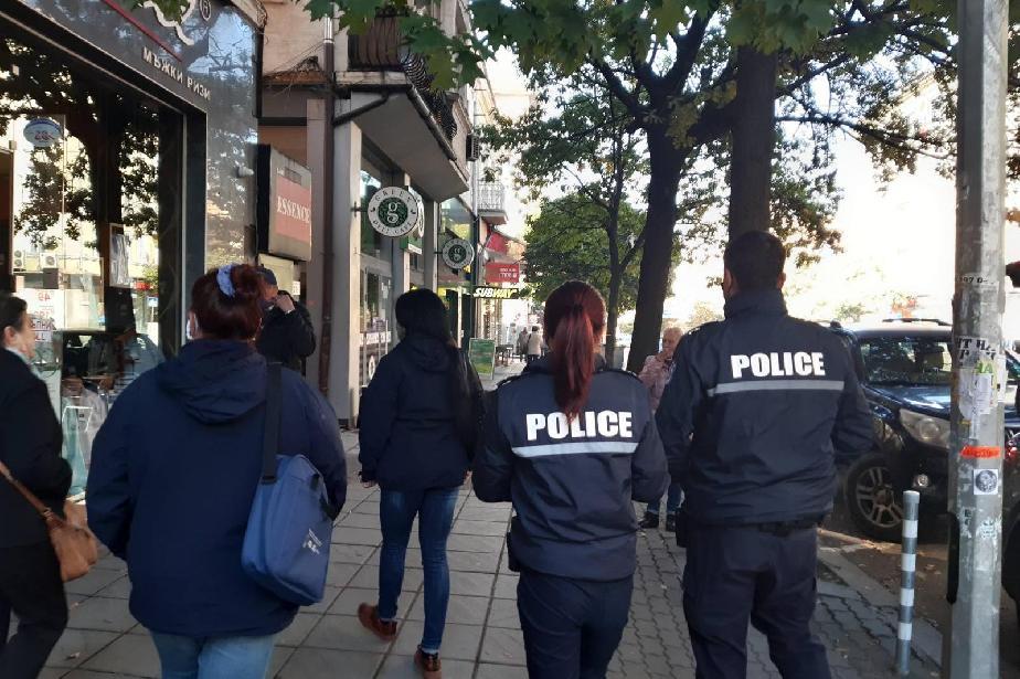 Засилени проверки на полиция за носене на маски в Изгрев (СНИМКИ)