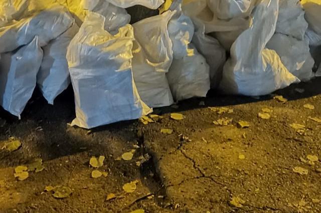 """В """"Слатина"""" столичанин задръсти контейнерите за смет със строителни отпадъц"""