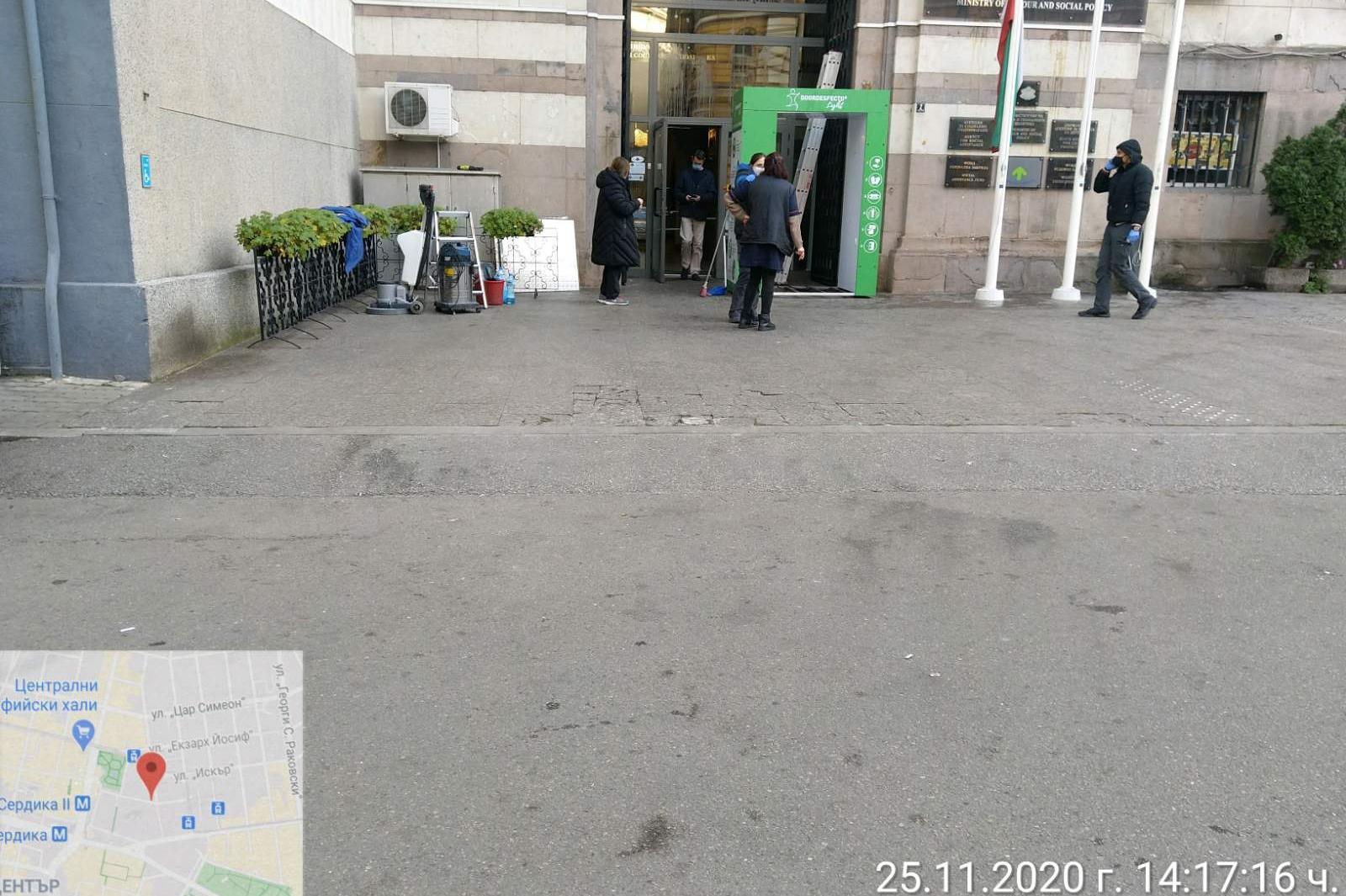 """Почистиха боклуците, оставени от протестиращите на пл. """"Независимост"""" (СНИМ"""