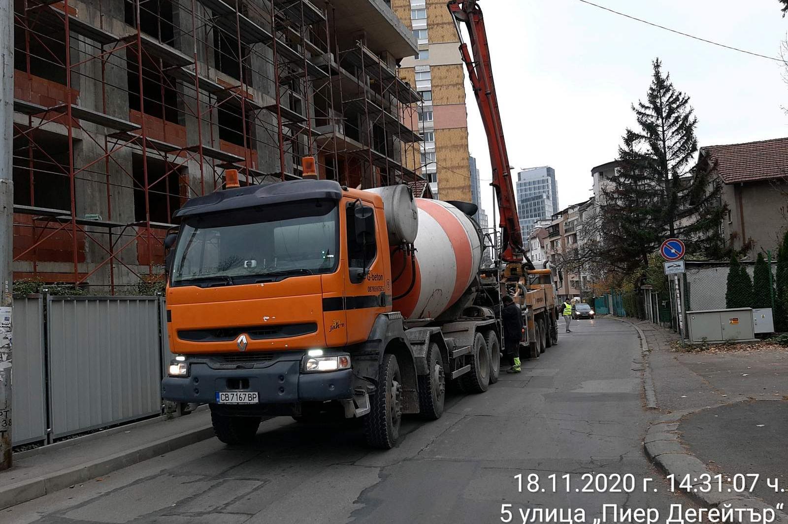 """Столична фирма запуши тротоара на ул. """"Пиер Дегейтър"""" с бетон-помпа"""