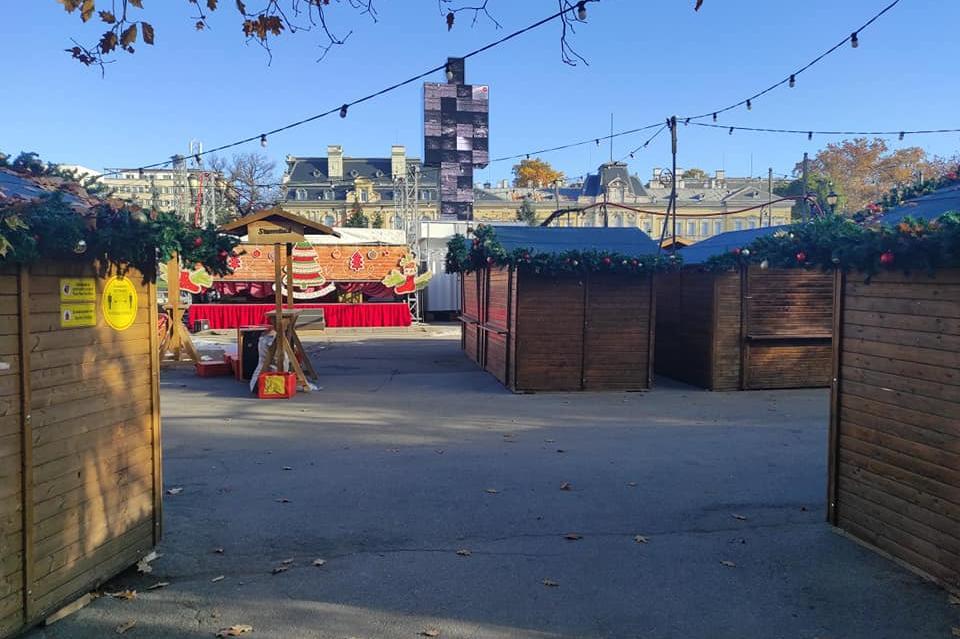 """Оборудват къщичките за коледния базар в Градската градина - площад """"Батенбе"""