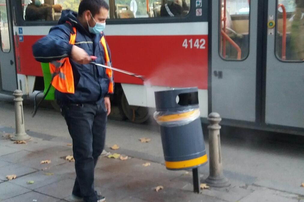 Дезинфекцират около спирки на градския транспорт в София (СНИМКИ)