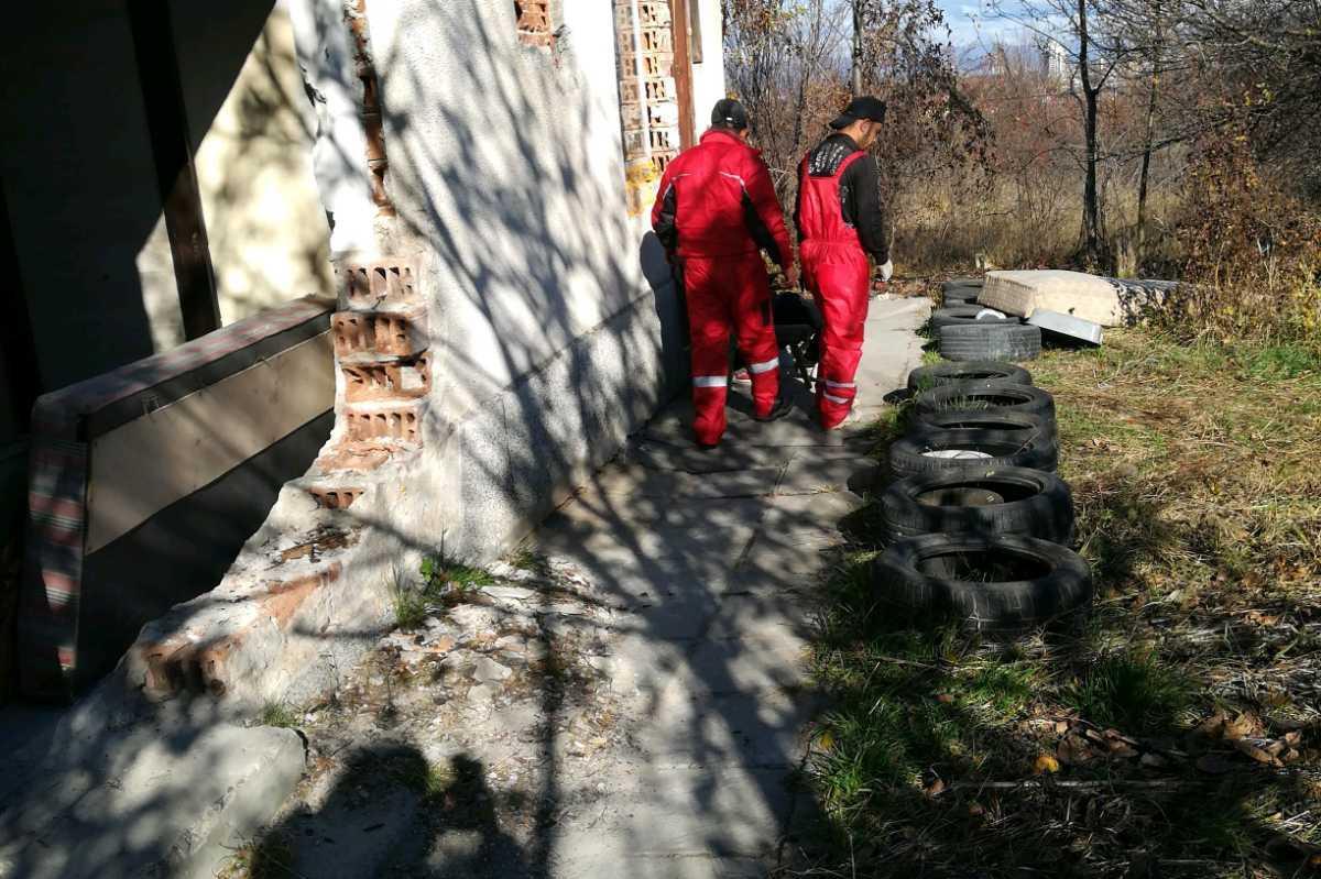 Събраха над 160 стари гуми от изоставен имот на Околовръстен път (СНИМКИ)