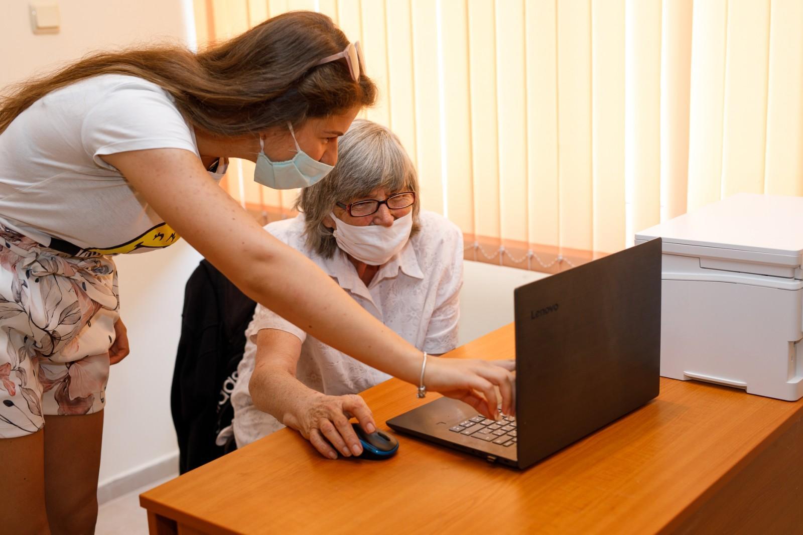 """В """"Искър"""" ученици обучават пенсионери как да сърфират в интернет(СНИМКИ)"""