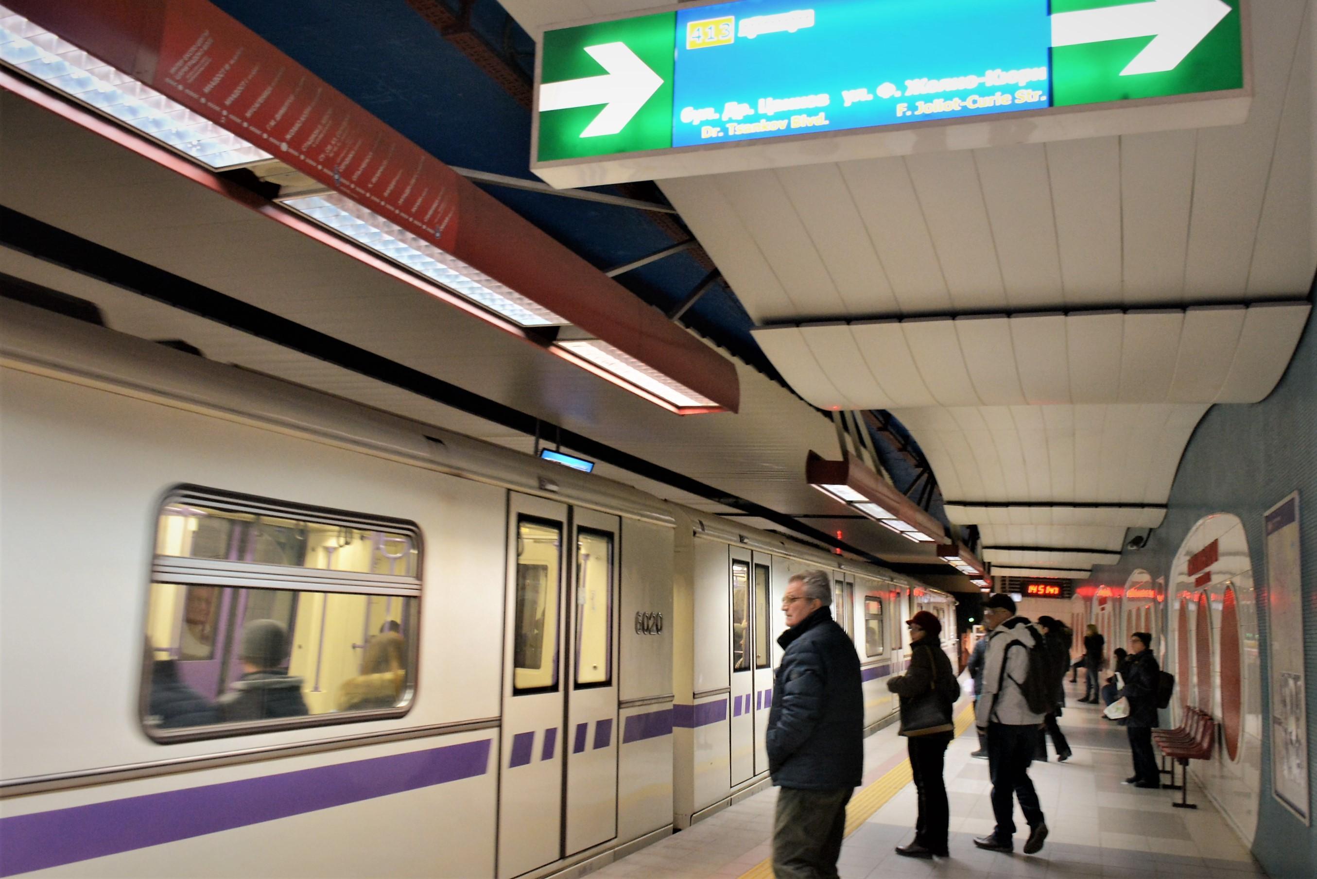 Стихове красят вагоните на метрото до 20 декември