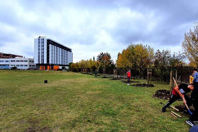 """Ученици от столичното 145 ОУ """"Симеон Радев"""" засадиха 36 фиданки в """"Младост"""""""