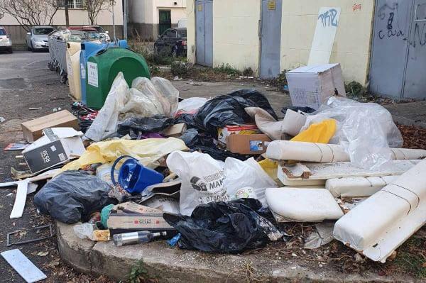 Боклуци затрупаха зоната между ул. Букет и Боряна в Овча купел