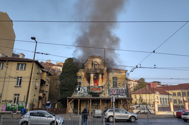 Пожар в изоставена къща на Петте кюшета в столицата