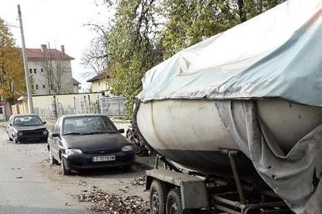 Столичен инспекторат даде 5 дни срок за премахване на трактор и коли от тро