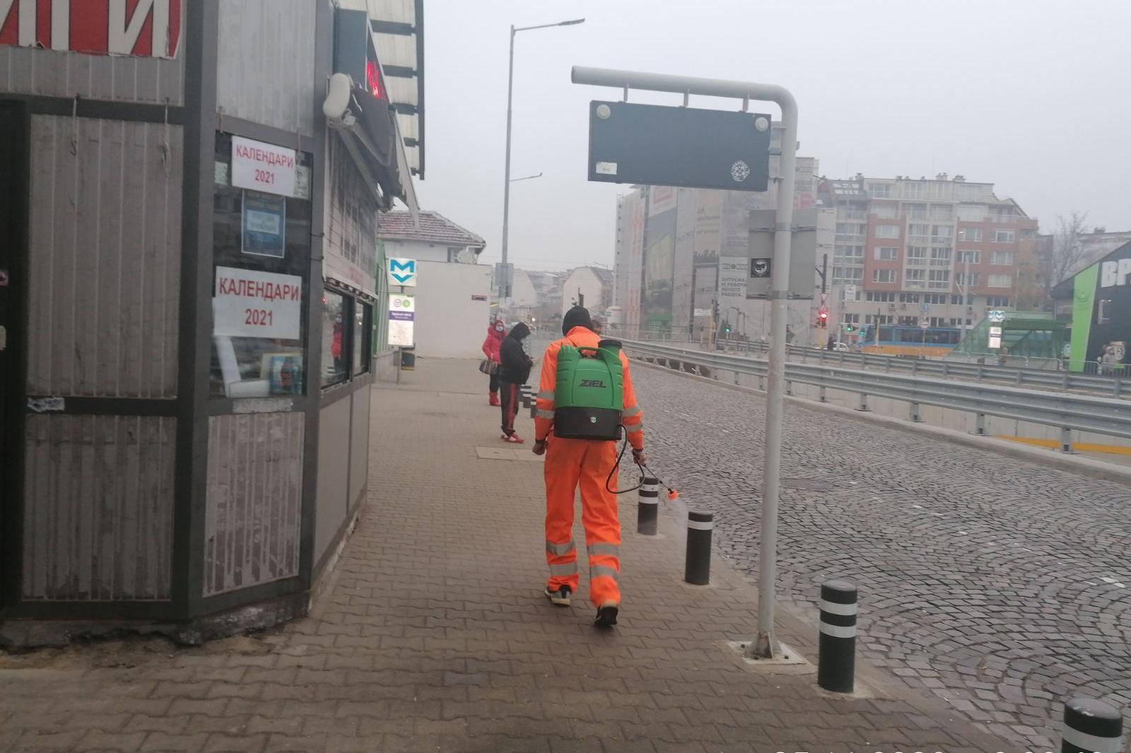 Дезинфекцират рискови места в София срещу COVID-19 (СНИМКИ)
