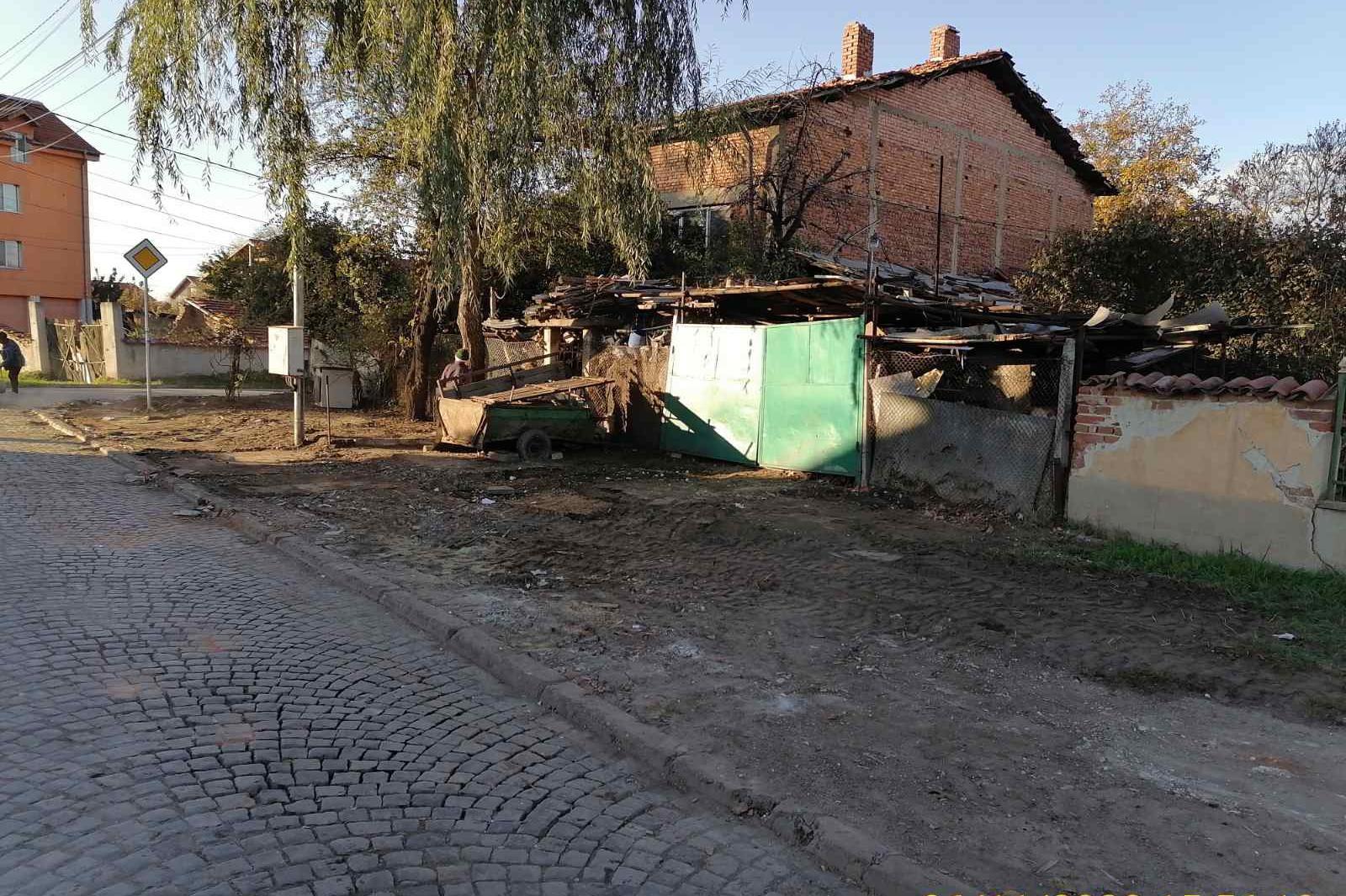 """Почистиха от боклуци тротоар във """"Враждебна"""" (СНИМКИ)"""