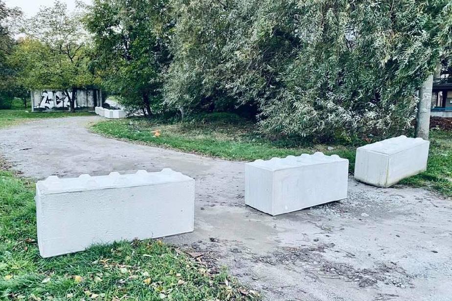 """Пазят тревните площи в """"Слатина"""" с бетонни блокчета"""