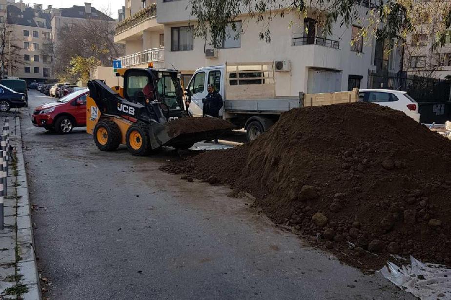 """Глоба за строители от """"Лозенец"""" заради натрупана земна маса на тротоар"""