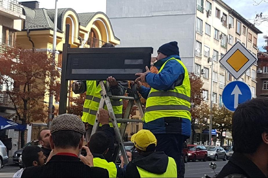 Премахват и обединяват спирки на обществения транспорт в София