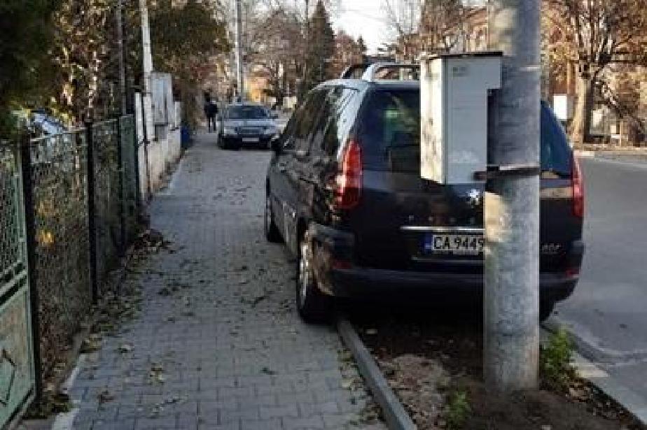 В Банкя се борят срещу паркирането по тротоарите