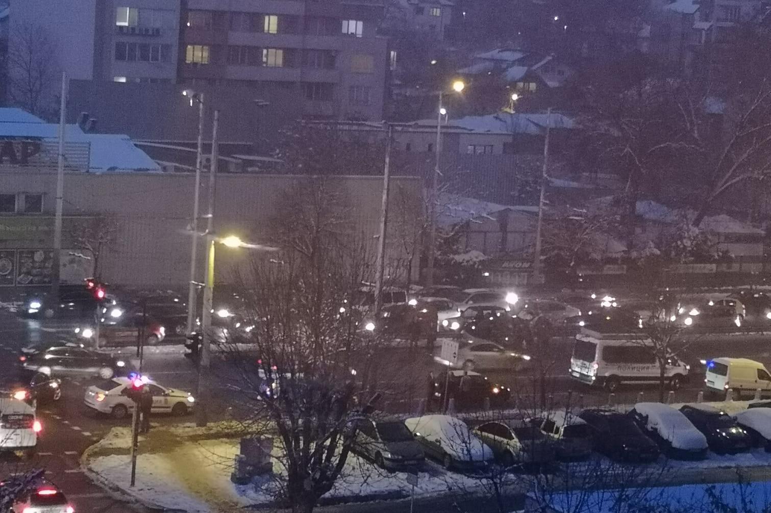 Катастрофа блокира движението на бул. Сливница