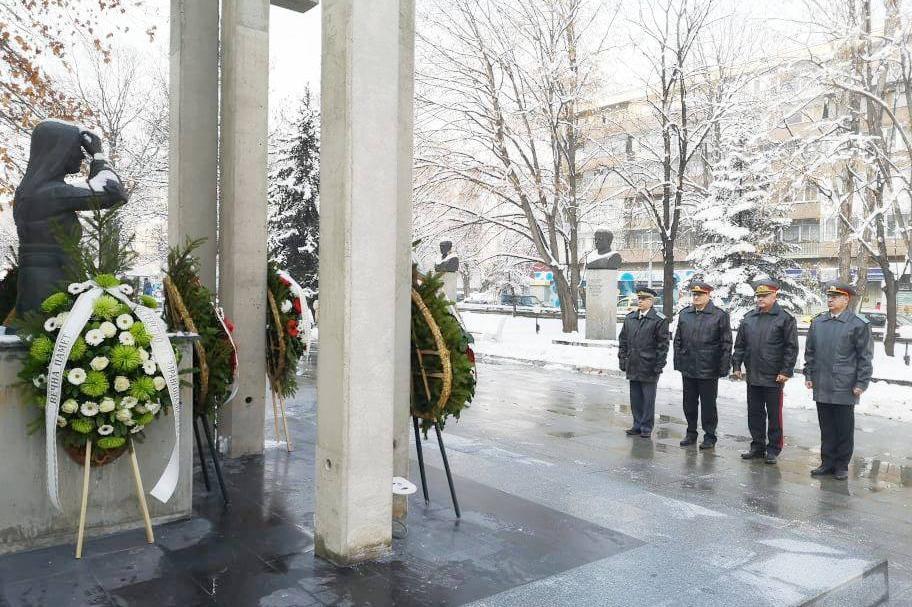 Генерал Мутафчийски поднесе венци пред ВМА (СНИМКИ)