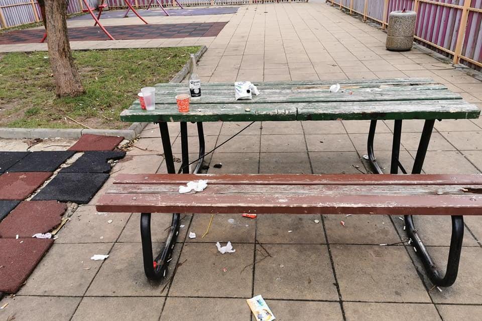 В Гоце Делчев тийнейджъри превърнаха детска площадка в бунище (СНИМКИ)
