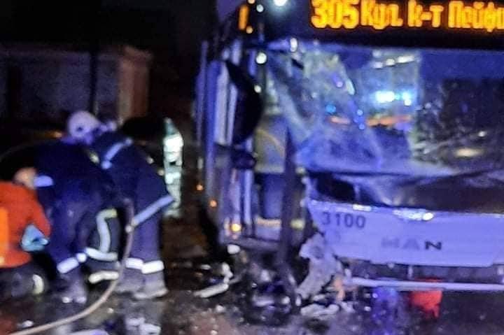 """Опел се заби челно в автобус 305 в """"Младост"""""""