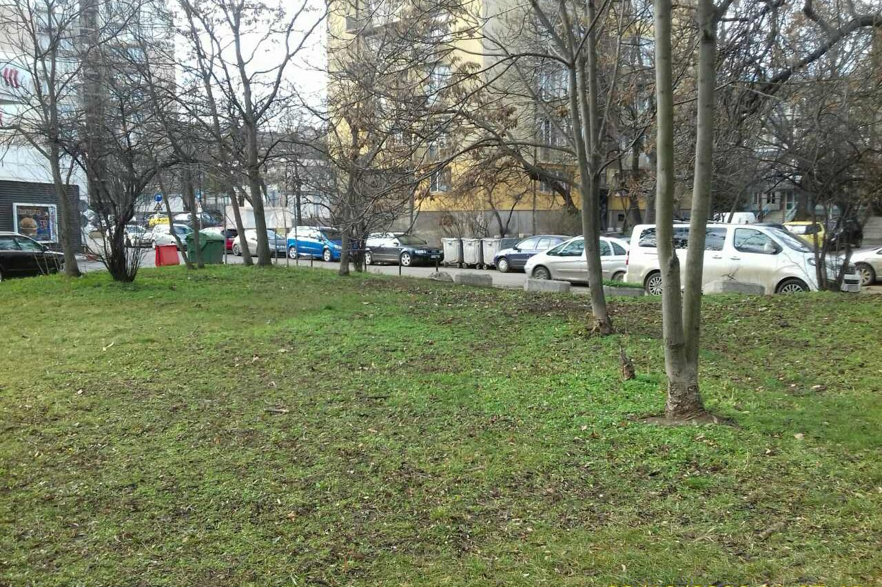 Почистиха градинката между бул. Тодор Александров и ул. Татари (СНИМКИ)