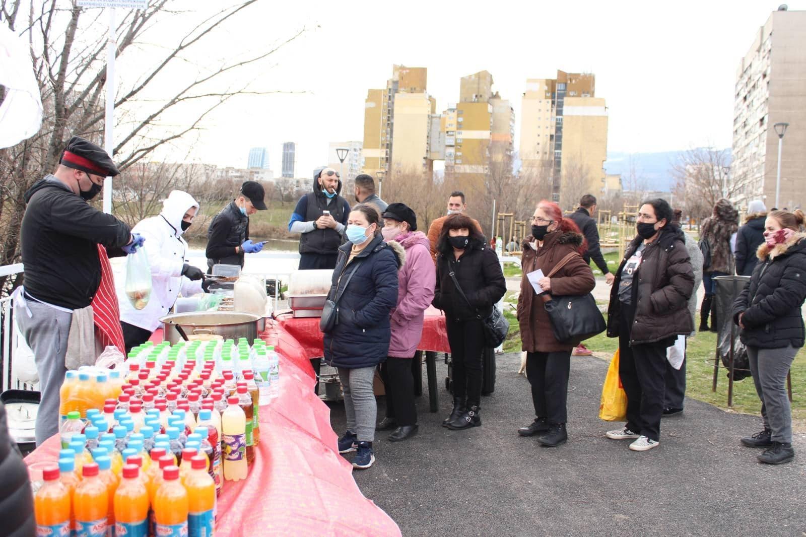 """Добротворци: """"Бъдеще за Искър"""" зарадваха с подаръци 240 деца в неравностойн"""