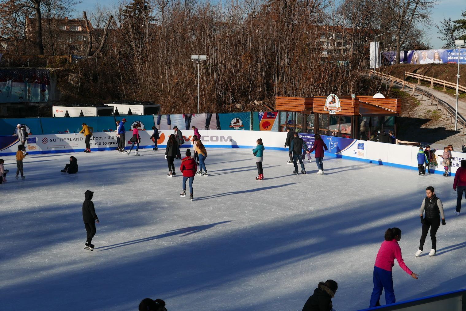Ледената пързалка Юнак в София отвори врати при строги противоепидемични ме