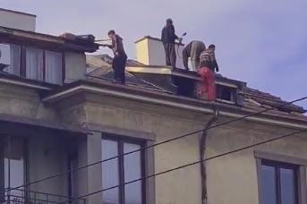 """Без каски и осигуряване четирима ремонтират покрив на """"Патриарх Евтимий"""""""