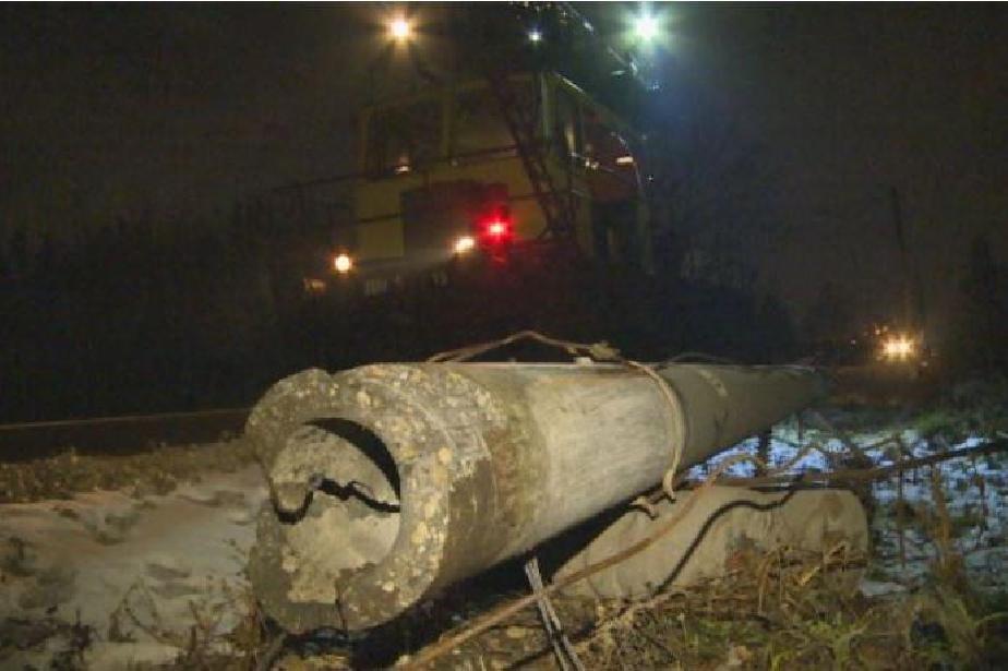 Движението на влака София – Перник бе блокирано заради паднал стълб
