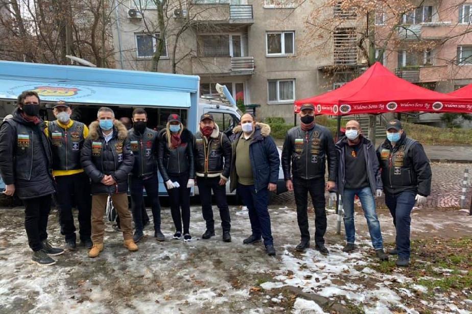 """Мотористи раздават безплатна топла храна до спирка """"Вишнева"""""""
