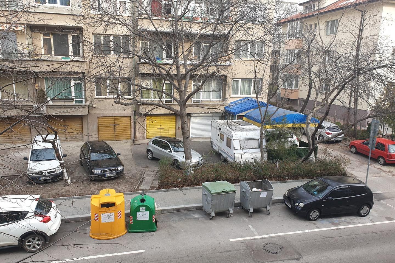 В Лозенец контейнери заемат места за 2 коли