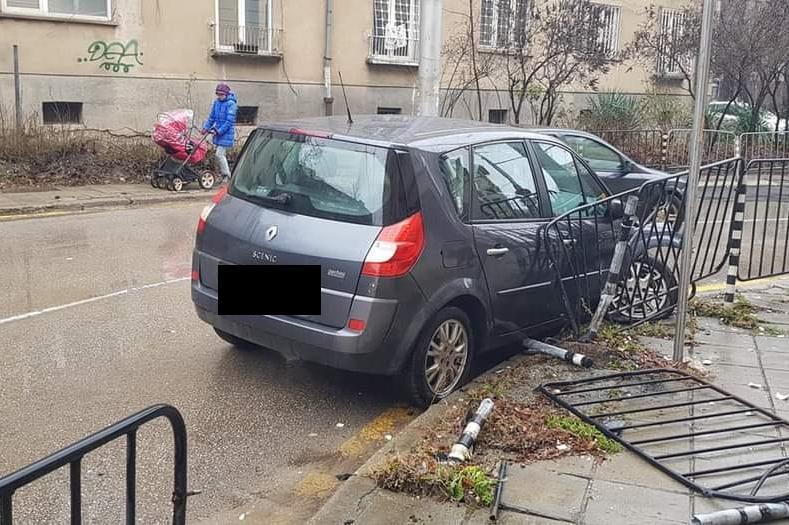 Автомобил катастрофира на ул. Григор Начевич (СНИМКИ)