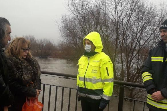 10 екипа на АПП  отводняват критични точки в Нови Искър, Требич, Мировяне и