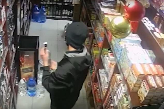 Мъж задигна две бутилки алкохол в Люлин, скри ги в гащите си