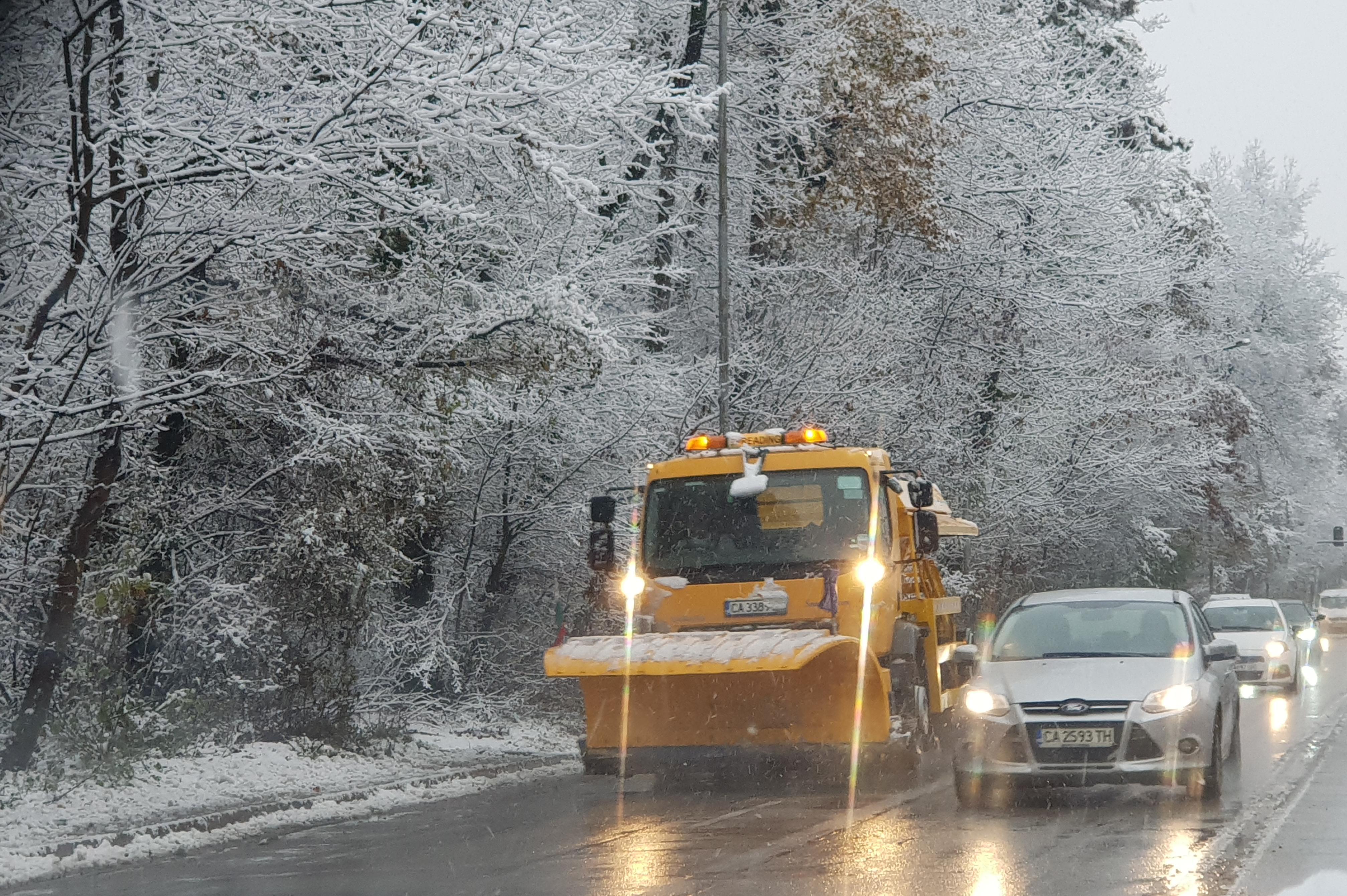Улици във Витоша, Панчарево, Банкя и Люлин  бяха обработени срещу заледяван