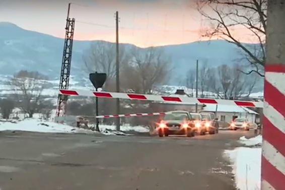 Шофьори преминават при спуснати бариери на ЖП прелез близо до София