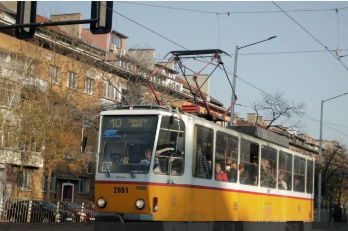 Пътник, пушил в трамвай №10, нападна жена, която му направила забележка