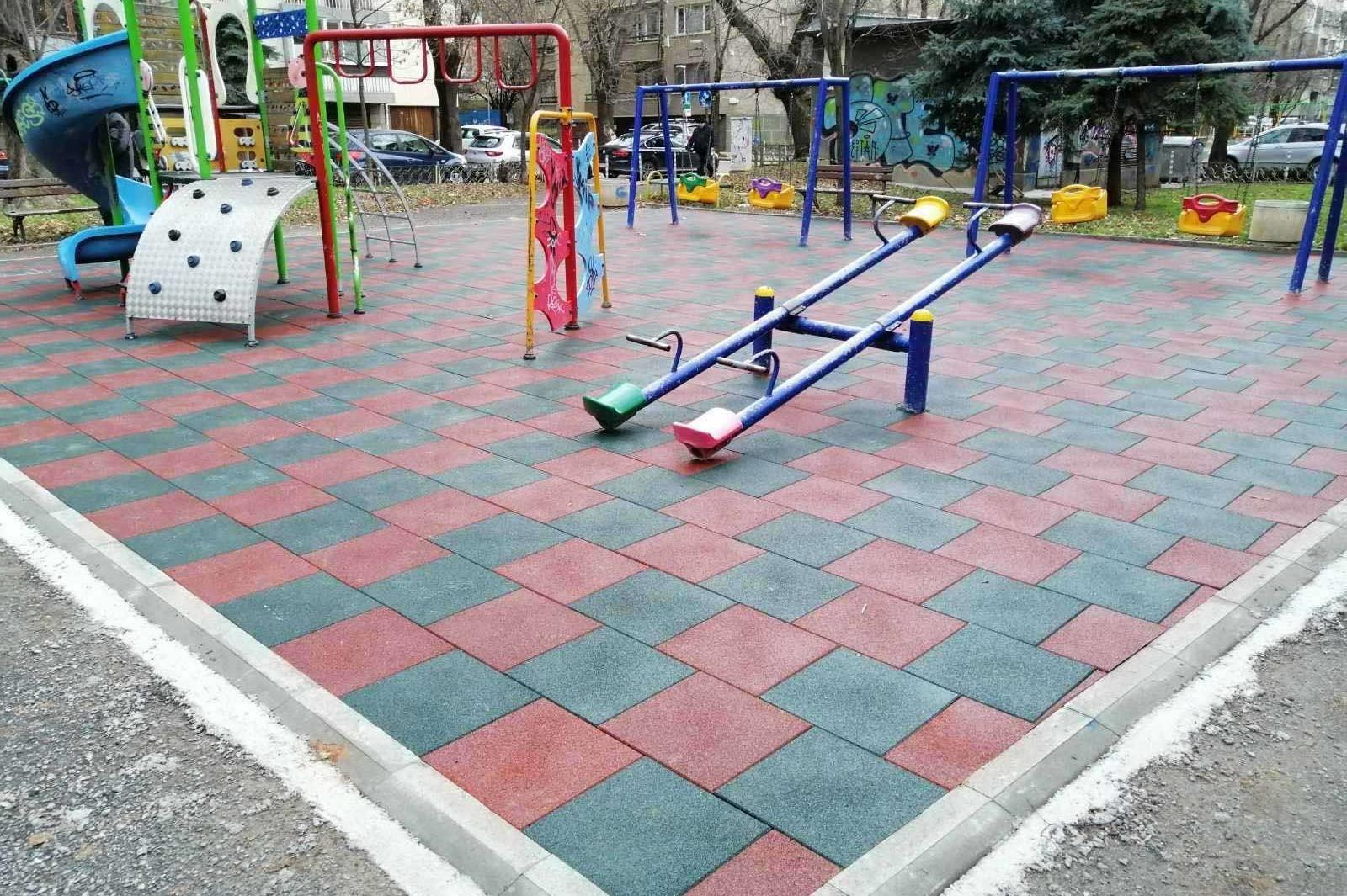 Ремонтираха детската площадка в градина Сухото езеро