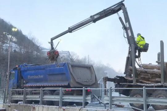 Над седмица ще чистят плаващото сметище остава край Своге