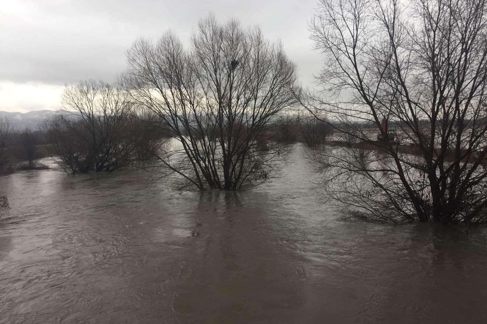 Изградени са над 100 диги в критичните, наводнени участъци в район Нови Иск