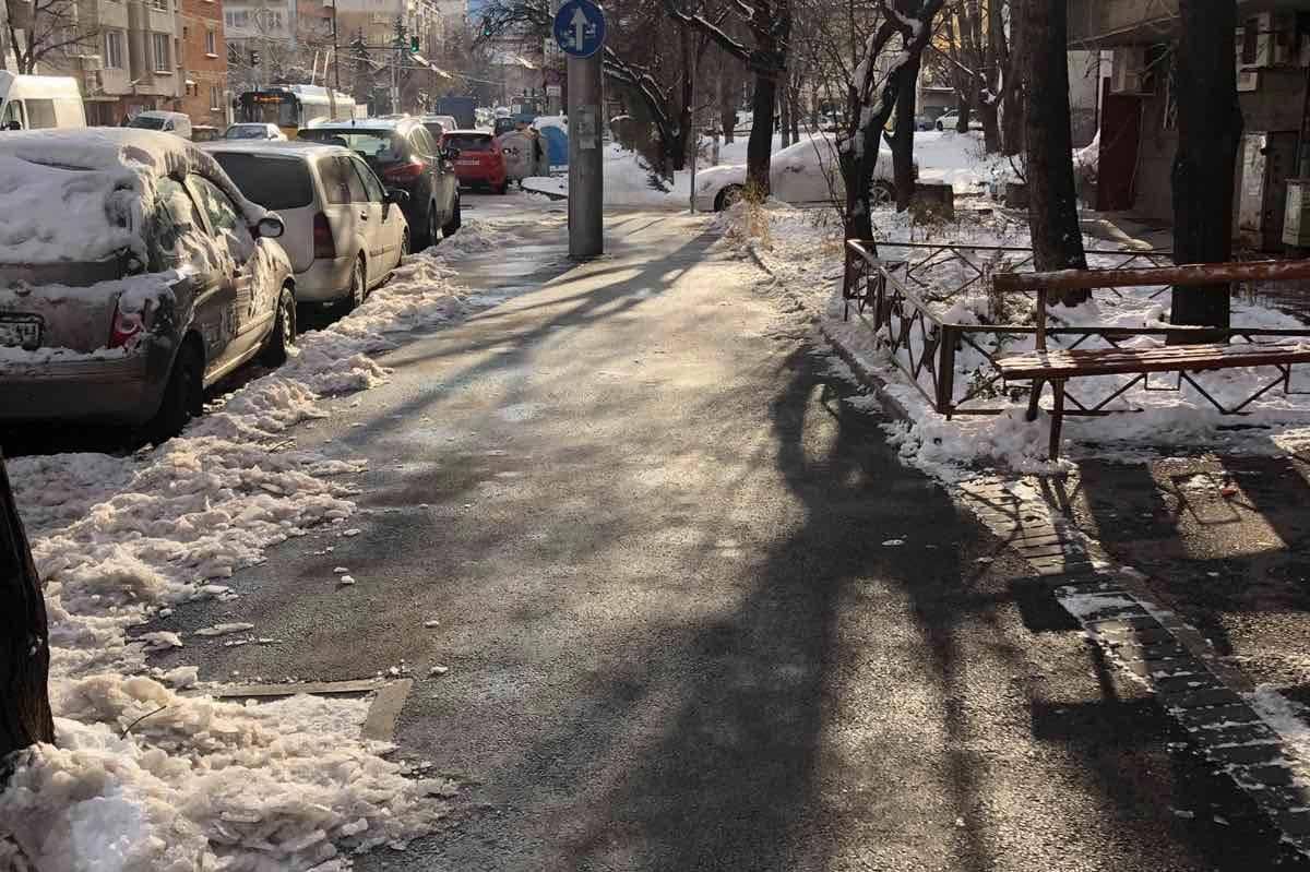 """Столичанин изчисти от лед тротоара на """"Дойран"""" в Красно село"""