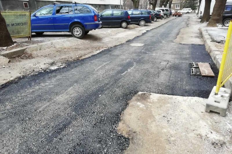 """В """"Лагера"""" асфалтират улица по време на дъжд"""