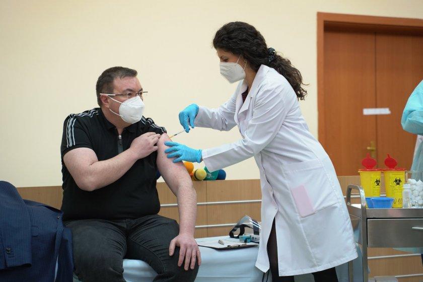 В София проф. Костадин Ангелов се реимунизира срещу COVID-19