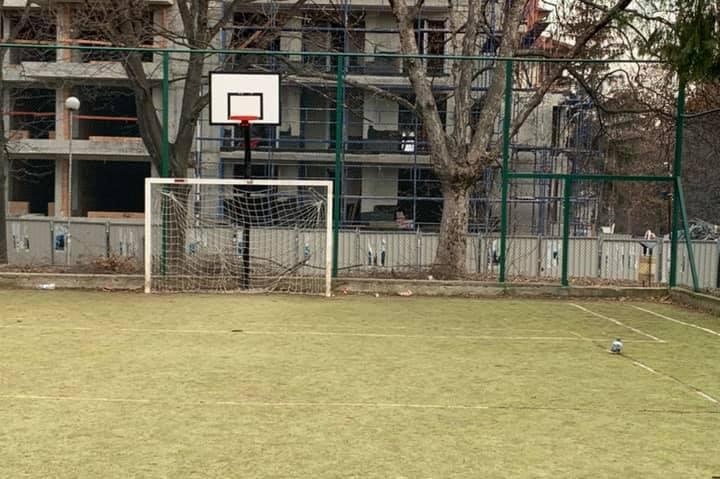 """Започна цялостния ремонт на футболното игрище до бл. 56 в """"Изток"""""""