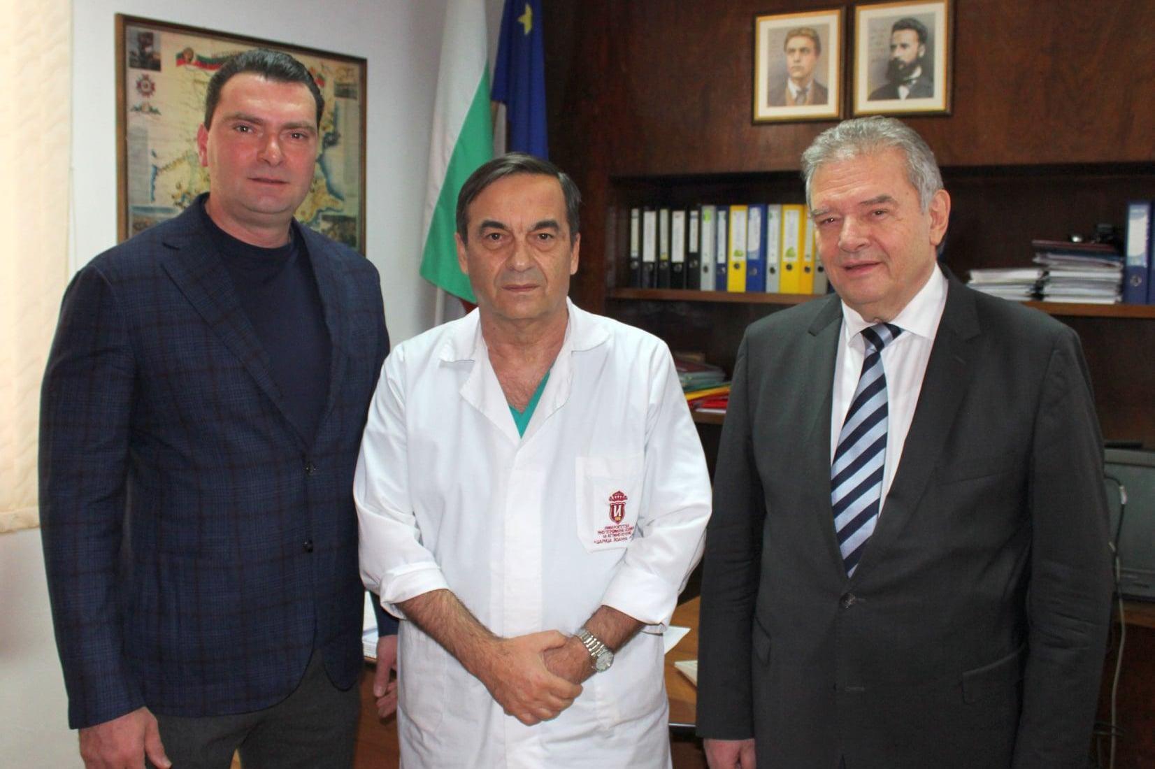 Общински съветник в СОС и депутат дариха предпазни костюми на медиците в ИС