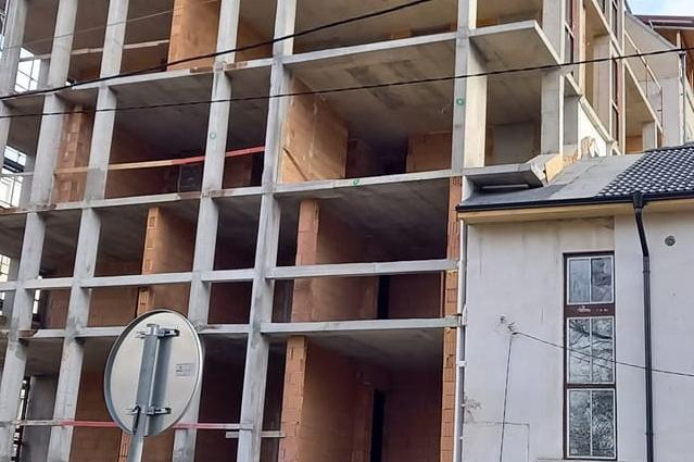 """В столичния """"Иван Вазов"""" вдигнаха кооперация върху част от къща"""